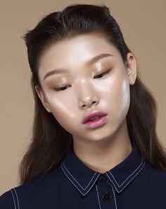 Glass skin makeup look Beauty Make-up, Beauty Shoot, Beauty Hacks, Hair Beauty, Beauty Tips, Make Up Inspiration, Glossy Makeup, Dewy Makeup, Glossy Lids