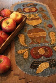 Decorative Wool Table Runner ~ Rebekah L. Motifs Applique Laine, Wool Applique Patterns, Felt Applique, Applique Quilts, Felt Crafts, Fabric Crafts, Sewing Crafts, Diy Crafts, Penny Rug Patterns