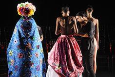 Fause Haten em ação, vestindo as modelos no palco do Teatro Faap www.catmagazine.com.br