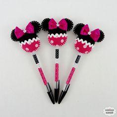 Lápis ou caneta com ponteira decorado com uma minnie pink feita em tecido e feltro bordado à mão.