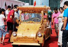 Un carpintero presenta su propio auto eléctrico de madera en el 2012 China-Eurasia Expo en Urumqi, en Xinjiang