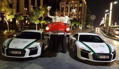 Das rotes Cabriolet auf Stelzen von Björn de Vils Stelzentheater auf einem Event in Dubai neben zwei weißen Audis. Die Stelzenläufer im roten Cabrio sorgen immer für Unterhaltung und ist mindestens genauso schnell wie die beiden weißen Flitzer.
