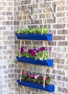 Wooden Crates Table, Crate Table, Diy Hanging, Hanging Plants, Vertikal Garden, Country Farmhouse Decor, Porch Decorating, Decorating Ideas, Plant Decor