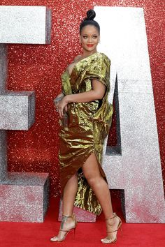 7 Summer Hairstyle Ideas: Jennifer Lopez, Dakota Johnson, and Rihanna Work, Rihanna Style, Rihanna Hairstyles, Summer Hairstyles, Leicester, Photos Rihanna, Beauty Games, Hair Knot, Zoe Kravitz