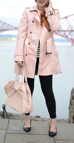pink and black spring outfit: pink trench coat and black capri pants