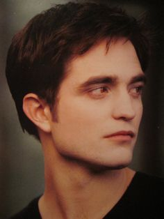 This is a Picture from Edward Cullen at the Movie Breaking Dawn. Hope you like it Edward Cullen Twilight Saga Series, Twilight Edward, Edward Bella, Edward Cullen, Vampires, Robert Pattinson Twilight, Robert Douglas, Twilight Pictures, New Girlfriend