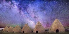 Kilns(Historic kilns), erguidos em 1870, em Nevada, EUA. Acima vemos um céu colorido, iluminado pela brilhante faixa central da Via-Láctea . Créditos:  Tom McEwan