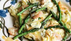 Scrambled Eggs with Asparagus and Prawns (revuelto de espárragos con gambas) - The Happy Foodie Shrimp And Eggs, Shrimp And Asparagus, Pollo Masala, Egg Recipes, Healthy Recipes, Diabetic Recipes, Healthy Food, Breakfast Fritata, Stuffed Peppers