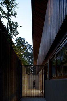 Casa em condomínio projetada por Gálvez & Márton Arquitetura