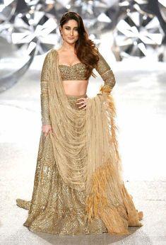 ICW Kareena Kapoor Khan looks like a dream in this 30 Kg Gold Falguni-Shane Peacock Lehenga Indian Lehenga, Gold Lehenga, Bridal Lehenga Choli, Lehenga Wedding, Saree Gown, Pakistani Dresses, Indian Dresses, Indian Outfits, Pakistani Bridal Makeup