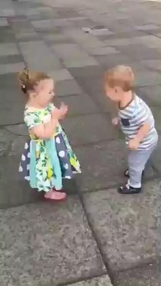 Must be their fist kiss, they look very happy. Funny Baby Memes, Cute Funny Baby Videos, Cute Funny Babies, Funny Videos For Kids, Funny Short Videos, Baby Humor, Cute Kids Pics, Cute Baby Pictures, Cute Little Baby