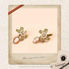 Pendientes de metal con camafeo y perlas de agua dulce. Muy vintage.