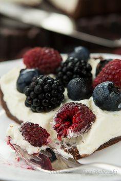 Dziś proponuję Wam przepyszną i błyskawiczną tartę, którą zrobicie nie włączając piekarnika. Potrzebne Wam będą tylko herbatniki lub stary biszkopt, mascarpone, kremówka i owoce.