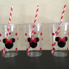 Estos son ideales para cualquier fiesta Mickey Mouse inspirado. Cada taza es 16 onzas y de un robusto plástico desechable. Estos son decorados con pegatinas de vinilo y vienen con Pajitas de papel correspondiente y las tapas. Éstos son perfectos para los niños pequeños que fácilmente se derrame. También puede rellenar con dulces, aperitivos y pequeños juguetes para un favor de la gran fiesta. Hay muchas opciones disponibles: cuenta 12 cuenta 16 cuenta 20 cuenta 25 cuenta 30 cuenta 40 cuenta…