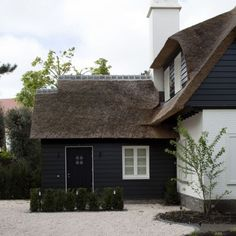 Architect Hans Demyttenaere en Bouw-iD Dark House, My House, Barn Renovation, Belgian Style, Villa, Thatched Roof, Mansions Homes, Elegant Homes, Cottage Homes