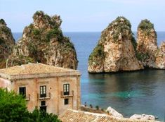 beautiful island, Sicily, which surrounds the still active volcano438 x 322   37KB   hotels.glo-con.com