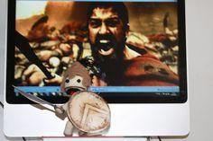 Leonidas  Personagem do filme 300.    Inclui capacete e escudos feitos em lã e espada em papel tipo cartolina.    Feito em crochê, lã 100% acrílico, com enchimento em acrílico.    Tamanhos:  Boneco: 15 cm de altura.  Capacete: 6cm de altura.    Feito somente sob encomenda.
