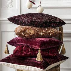 Γγρ│  Marsala : la couleur de l'année dans votre salon avec ces merveilleux coussins au style plutôt baroque.