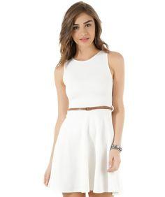 Esse vestido foi confeccionado em malha texturizada. O modelo tem detalhe posterior de recorte vazado com laço. A cintura tem recorte e passantes. O decote é redondo. Acompanha cinto com fechamento por fivela de ajuste.  Aposte nesse vestido para um look cheio de charme!  Composição: 95% Poliéster 5% Elastano  Modelo Veste: P Altura: 1,75cm Busto: 87cm Cintura: 62cm Quadril: 92cm