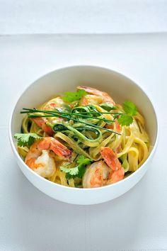 Bereiden:Ontdooi de scampi's in koud water, pel ze en verwijder het darmkanaal. Versnipper de bieslook en de koriander en snijd de courgetten in fijne reepjes.Kook de pasta beetgaar in gezouten water met een scheutje olijfolie. Bak ondertussen de scampi's in de pan met Alpro bakken en braden, kruid met peper en zout. Voeg de Alpro Cuisine toe. Doe de ketchup erbij en laat inkoken. Voeg de courgetten toe en laat nog even mee garen.Serveren:Meng de pasta onder de scampiroomsau...