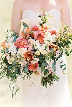 Dahlia flowers make totally unique wedding bouquets thanks to their big blooms and striking colors August Wedding Flowers, Dahlia Wedding Bouquets, Dahlia Bouquet, Wedding Flower Photos, Bridal Bouquet Fall, Blush Wedding Flowers, Winter Wedding Flowers, Wedding Flower Arrangements, Bride Bouquets