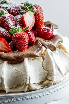 Strawberry pavlova with chocolate cream - Simply Delicious - - Pavlova with crisp exterior and soft, marshmallowy interior topped with easy chocolate cream and fresh strawberries is worthy of any celebration. Bolo Pavlova, Meringue Pavlova, Meringue Desserts, Just Desserts, Delicious Desserts, Dessert Recipes, Yummy Food, Meringue Food, Desert Recipes