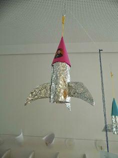 fusée faite à base de rouleau de papier toilette, papier et aluminium. / Rocket: paper roll, aluminium and paper.