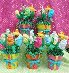 Macetas con flores de calcetines de bebe para Centros de mesa de baby shower. #DecoracionBabyShower