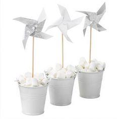Pack de 16 molinillos de viento en diferentes estampados en blanco y gris, incluye varios lisos blancos y el resto combinados 8€