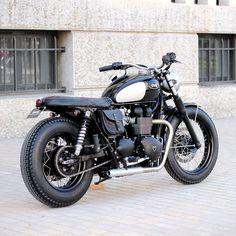 Une machine chic réalisée par l'atelier BAAK pour David, sur base de Triumph Bonneville T100 Black. Une ligne intemporelle pour une Triumph d'exception.