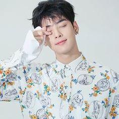 how can the earring makes him just hotter? Beautiful Boys, Gorgeous Men, Kdrama, Cha Eunwoo Astro, Lee Dong Min, Cha Eun Woo, Sanha, Kpop, Jimin Jungkook