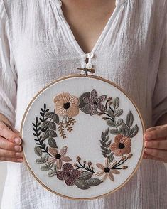 On adore les projets broderie de We love the embroidery projects New Embroidery Designs, Learn Embroidery, Hand Embroidery Stitches, Embroidery Hoop Art, Cross Stitch Embroidery, Machine Embroidery, Butterfly Embroidery, Bordado Floral, Handmade Flowers