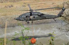 Un Sikosrsky UH 60 de la FAC con bambibucket, para extinción de incendios.