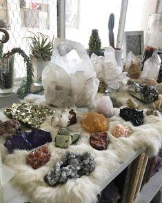 altar idea with crystals Crystal Room, Crystal Altar, Crystal Magic, Crystal Decor, Crystal Grid, Crystal Healing, Crystal Garden, Crystals And Gemstones, Stones And Crystals
