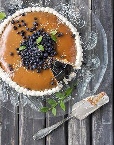 Mummon mustikkatäytekakku // Grandma´s Blueberry-caramel Cake Food & Style Emilia Kolari Photo Johanna Myllymäki Maku 4/2014, www.maku.fi