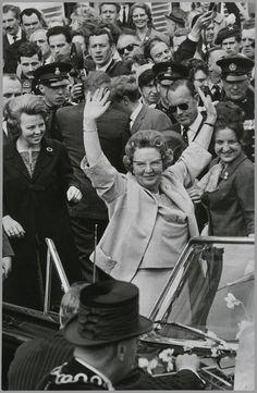 De 55-ste verjaardag van koningin Juliana. Voordat zij in de auto stapt voor een ritje over het terrein van paleis Soestdijk, zwaait Juliana uitbundig naar het publiek