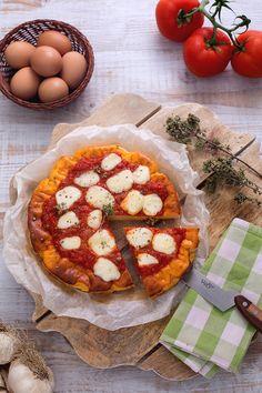 Sembra una pizza ma non è! Trattasi di #frittata alla #pizzaiola, una ricetta che si si ispira alla creativa #cucina #napoletana. La base, realizzata con #uova e #ricotta per una consistenza morbida e spumosa, è arricchita da #passata di #pomodoro e #mozzarella...#ricetta #GialloZafferano #italianrecipe #italianfood #NuoviVolti Giovanni
