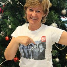 Niall's mom wearing a 1D t-shirt!
