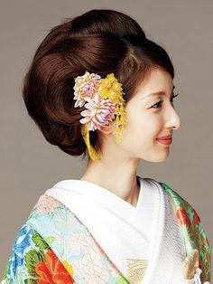 片側にかんざしと生花を飾った上品なスタイル/Side