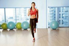 Trening, który odchudza i poprawia kondycję. Jak to możliwe, że proste ćwiczenia na dywanie dają takie efekty?