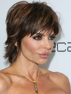 "Lisa Rinna - The ""Trout Pout"" is Back! Her lips get bigger and smaller like the wind changes but we decided it was time to take a closer look at the plastic surgery rumours surrounding Lisa Rinna! Short Layered Haircuts, Cute Hairstyles For Short Hair, Medium Hairstyles, Celebrity Hairstyles, Bob Hairstyles, Short Hair Styles, Choppy Haircuts, Short Bobs, Short Layers"