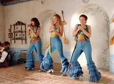You are watching the movie Mamma Mia! In young Donna Sheridan meets the men who each could be Mamma Mia, Cool Halloween Costumes, Halloween Outfits, Diy Costumes, Costume Ideas, Halloween 2020, Halloween Makeup, Beau Film, Off The Shoulder Tunic