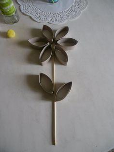 Une fleur avec des rouleaux en carton du papier toilette