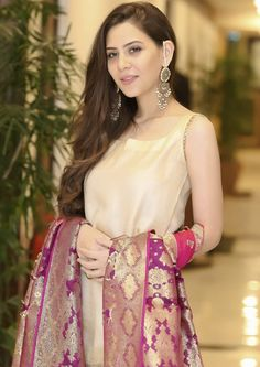 Simple Pakistani Dresses, Simple Gowns, Pakistani Wedding Outfits, Indian Dresses, Simple Gown Design, Fancy Dress Design, Party Wear Dresses, Party Dresses For Women, Casual Dresses For Women