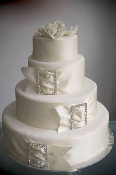 La #torta perfecta para una #boda #elegante ... #detalles #cintas #cristales #ideasdebodas ... ¿Verdad que es hermosa? somos Todoboda Venezuela