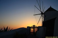 Coucher de soleil sur les moulins d'Oia - Santorin - Grece