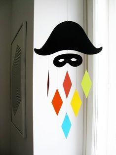 Toujours dans le thème de carnaval, les enfants ont réalisé un arlequin. Je me suis inspirée de ce mobile arlequin J'ai donc imprimé un chapeau et un masque d'arlequin et les enfants l'ont peint en noir Une fois sec, je les ai découpé et les enfants les...