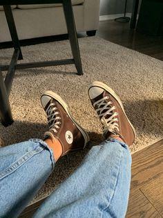 Converse Chucks, Brown Converse, Converse Shoes Outfit, High Top Converse, Converse Style, Brown Sneakers, Dr Shoes, Swag Shoes, Fashion Shoes
