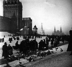 Васильевская площадь- ныне Красная. Пристройки по сторонам Спасской башни — это часовни Великого Совета Ангела и Великого Совета Откровения, снесенные в 1925 году.