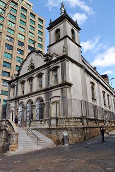 A Igreja da Ordem Terceira do Carmo, também chamada de Capela da Venerável Ordem Terceira do Carmo, ou ainda Capela dos Terceiros do Carmo, localiza-se no centro da cidade de São Paulo, no Brasil.   http://sergiozeiger.tumblr.com/post/108580913248/a-igreja-da-ordem-terceira-do-carmo-tambem  Foi fundada na segunda metade do século XVII por um grupo de leigos, a maioria bandeirantes, como uma capela contígua à Igreja de Nossa Senhora do Carmo, inaugurada em 1592 e demolida em 1928.